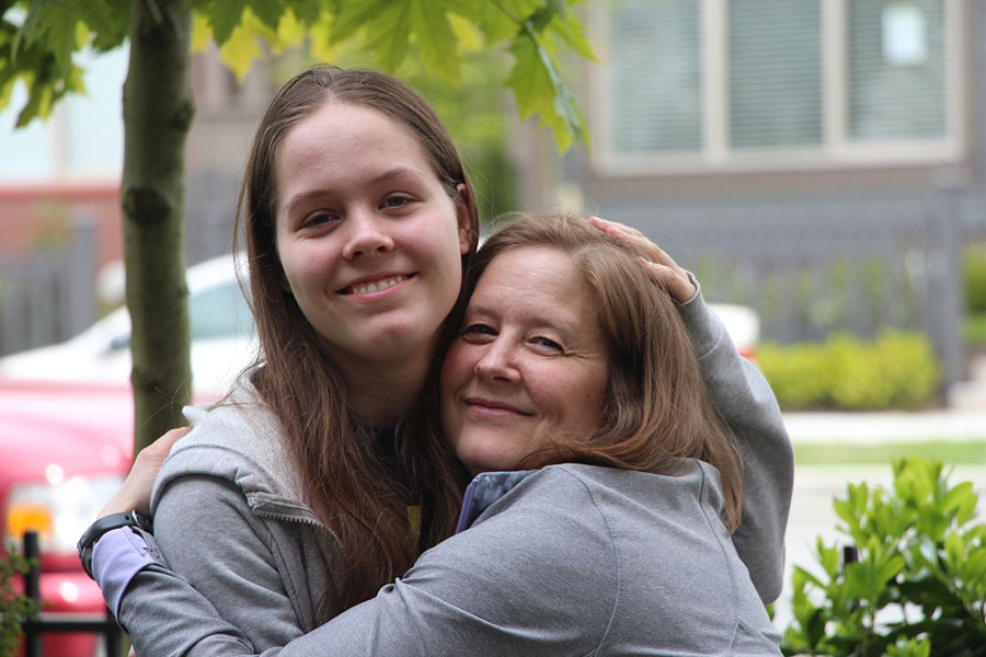 A lymphangioleiomyomatosis (LAM) patient hugs her daughter.